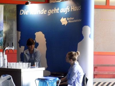 Die Berliner Wassserbetriebe als Sponsor: Leider nicht mit ökologischen Bechern ausgestattet.