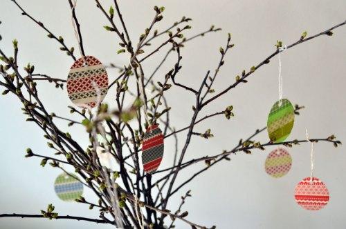 Kirschzweige mit Osterbastelei