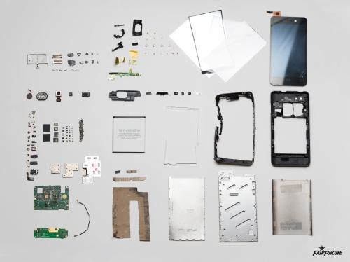 Die unterschiedlichen Bestandteile eines Fairphones © Nico Herzog